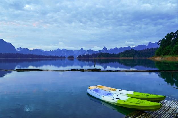 Caiaques coloridos na balsa. lagoa vista para a montanha Foto Premium