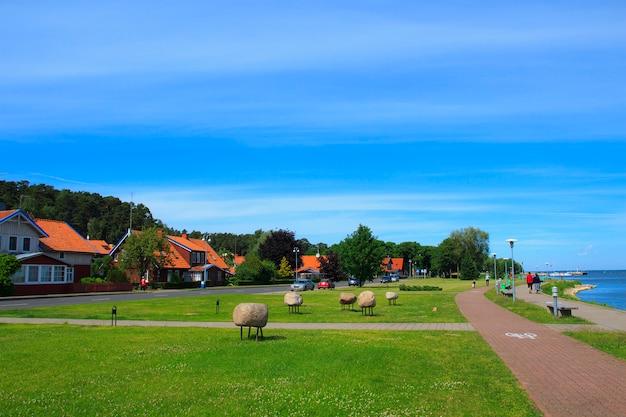 Cais bonito na vila de juodkrante, lituânia. Foto Premium