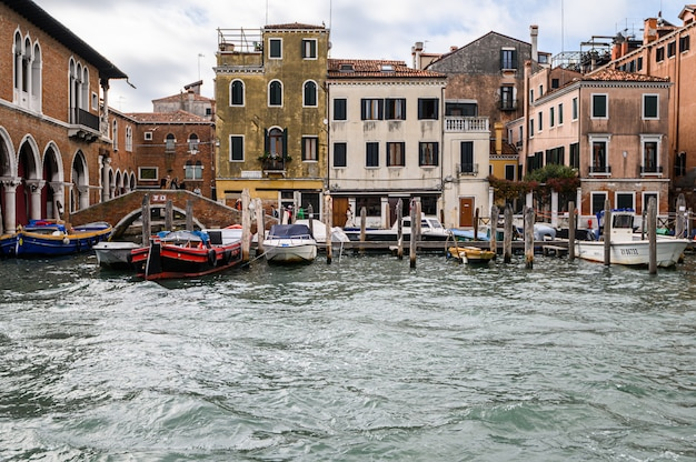 Cais com barcos ancorados no grande canal. Foto Premium