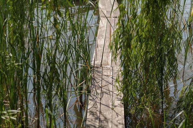 Cais de madeira no lago na aldeia Foto Premium