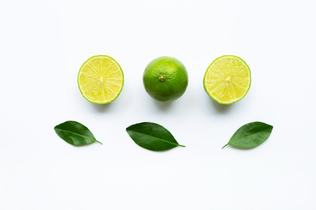 Cais maduros com as folhas verdes no branco. Foto Premium