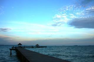 Cais tropical longa ao pôr do sol Foto gratuita