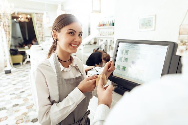 Caixa alegre usando dispositivo digital para pagamento Foto Premium
