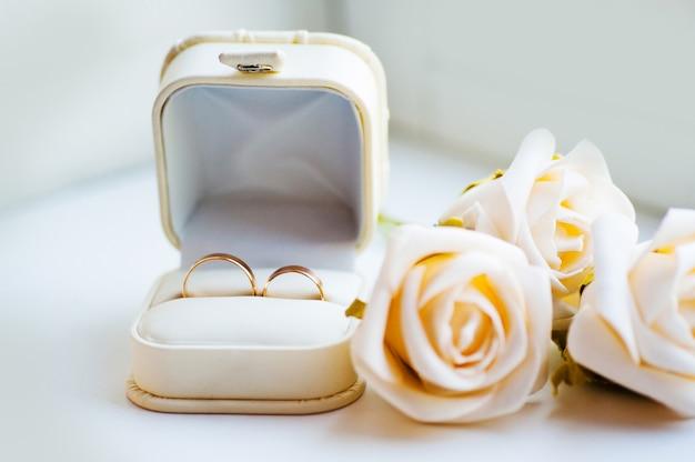 Caixa branca para anéis e anéis Foto Premium