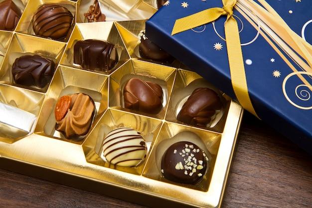 Caixa cheia de chocolates Foto Premium