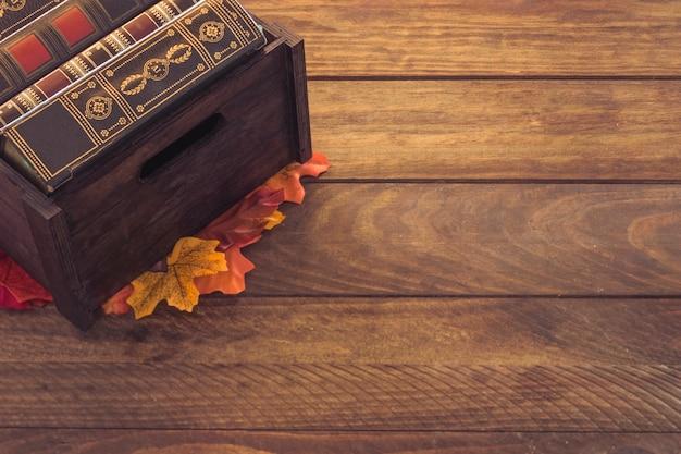 Caixa, com, livros, ligado, folhas Foto gratuita
