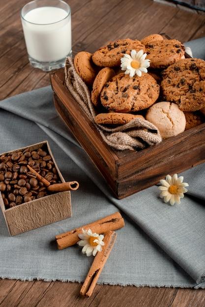 Caixa de biscoito doce e um copo de leite Foto gratuita