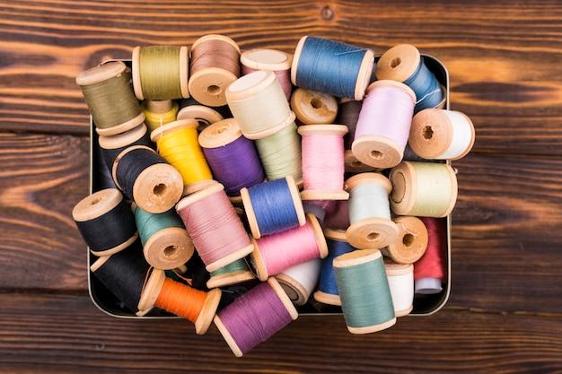 Caixa de carretéis de linha colorida Foto gratuita