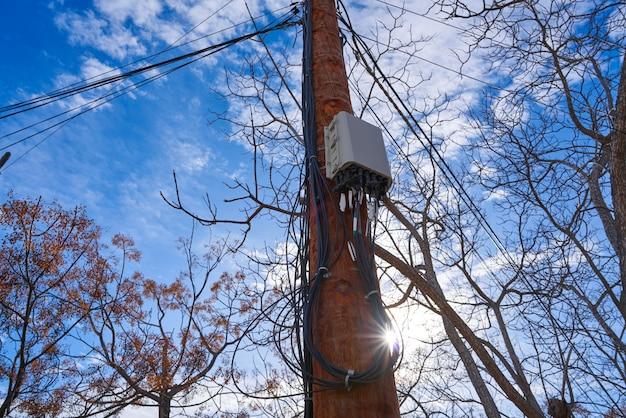 Caixa de conexão de fibra óptica de internet em um poste Foto Premium