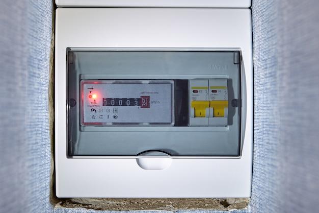 Caixa de distribuição elétrica, quadro de distribuição com medidor. Foto Premium