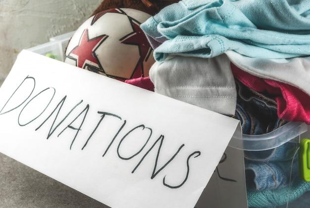 Caixa de doação com brinquedos, roupas e comida Foto Premium