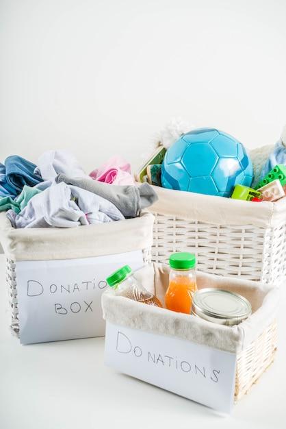 Caixa de doação com roupas, brinquedos e comida Foto Premium