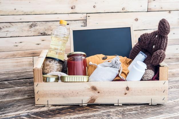 Caixa de doação de alimentos, roupas e medicamentos para as vítimas Foto Premium