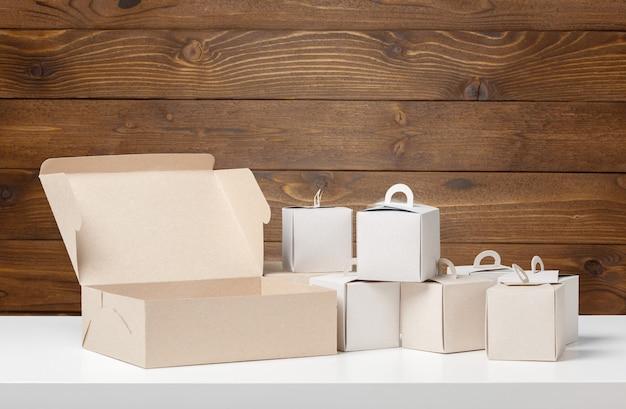 Caixa de encomendas na mesa de madeira Foto Premium