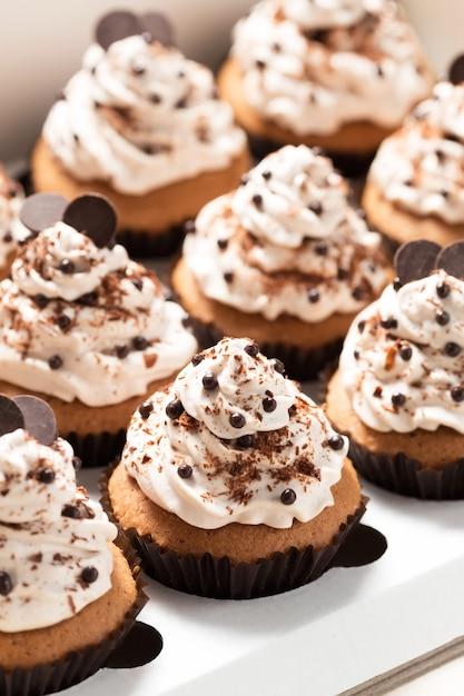 Caixa de entrega com cupcakes de café decorado com mocha e creme de chocolate Foto Premium