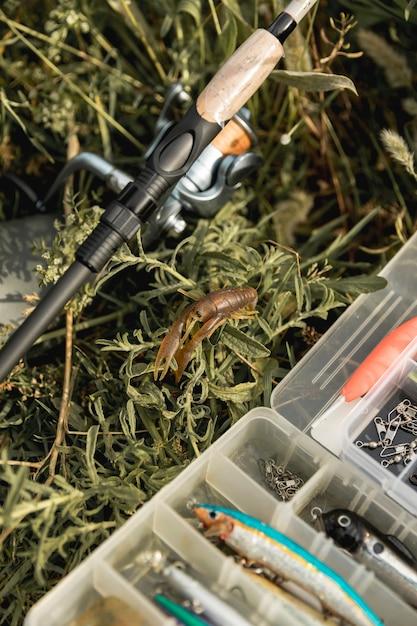 Caixa de ferramentas de pesca no chão Foto gratuita