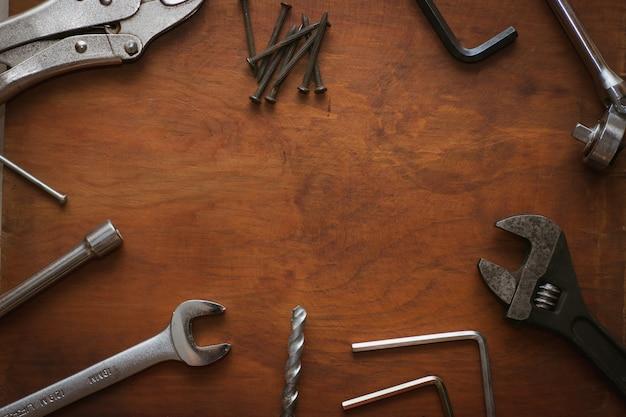 Caixa de ferramentas em fundo de madeira com copyspace Foto Premium