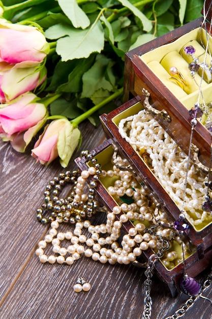 Caixa de jóias com jóias com rosas cor de rosa Foto Premium