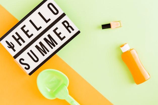 Caixa de luz com texto olá verão e itens de férias Foto gratuita