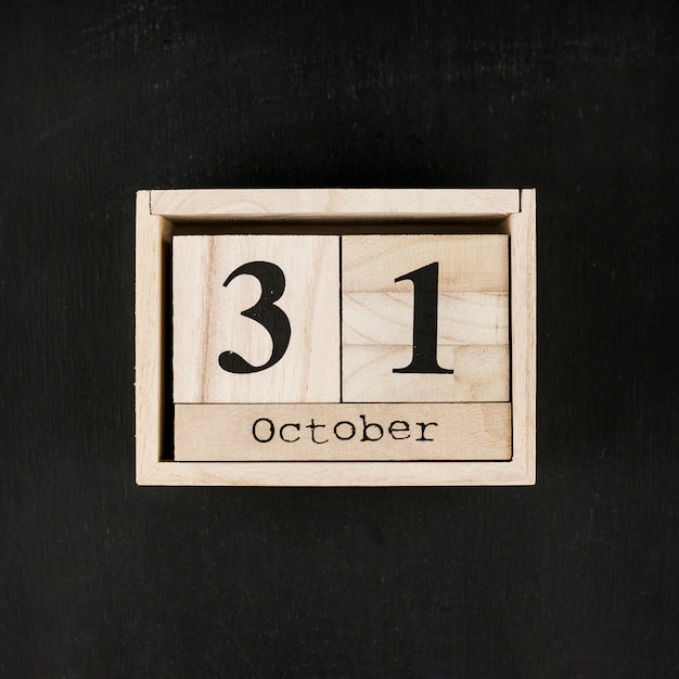 Caixa de madeira com data em fundo preto Foto gratuita
