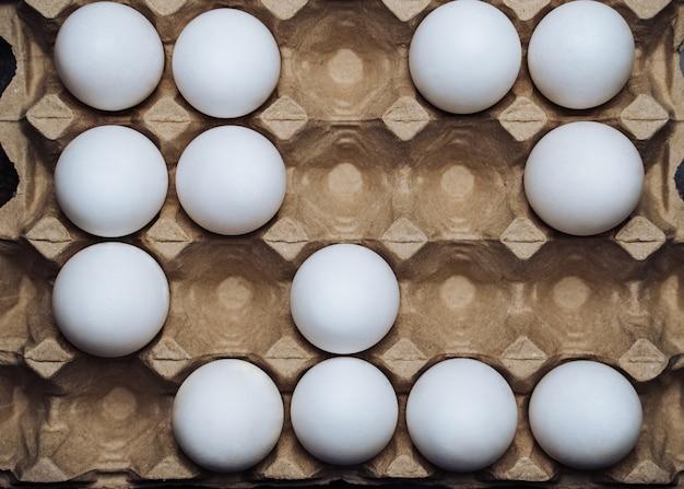 Caixa de ovos de galinha branca. fechar-se. ovos orgânicos da aldeia Foto Premium