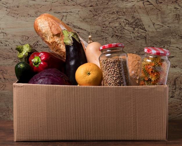 Caixa de papelão com legumes e frutas Foto gratuita