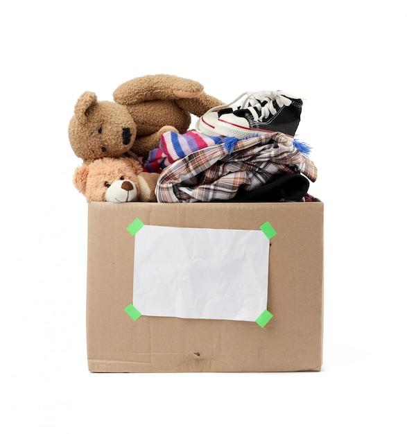 Caixa de papelão marrom com coisas, brinquedos isolados no branco backgrou Foto Premium