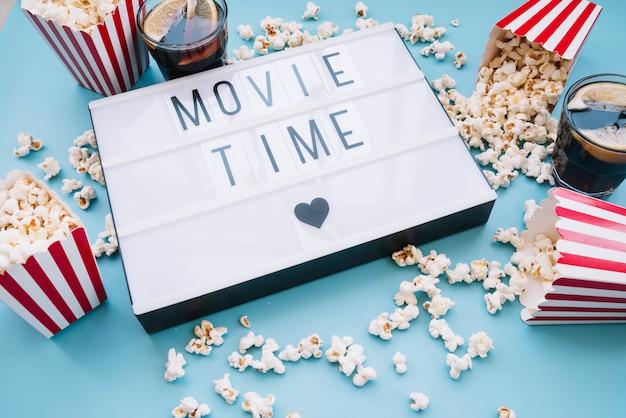 Caixa de pipoca com um sinal de cinema Foto gratuita