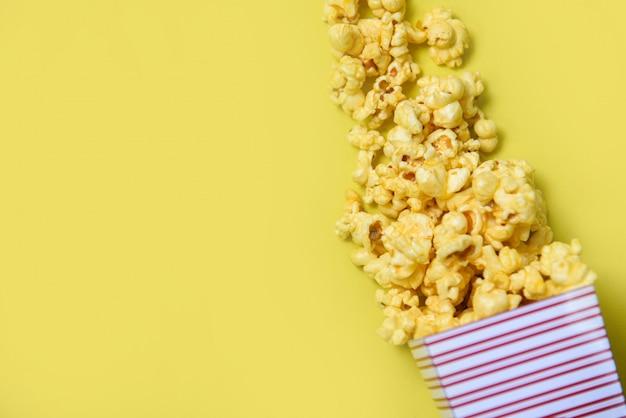 Caixa de pipoca na vista superior amarela Foto Premium