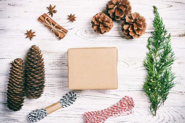 Caixa de presente artesanal em branco rústico de madeira com abeto de decoração de natal Foto Premium
