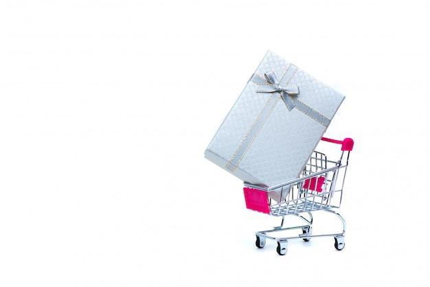 Caixa de presente branca com laço de fita e carrinho de compras Foto Premium
