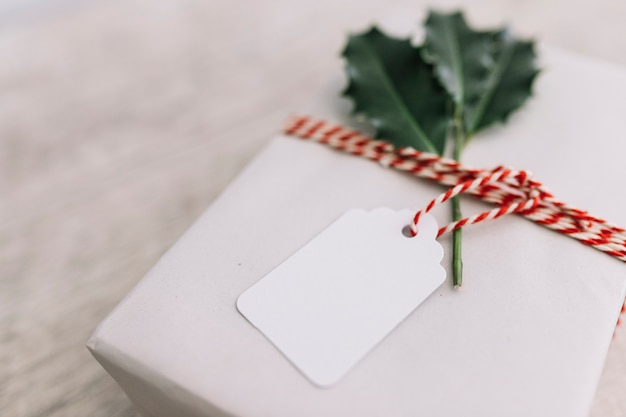 Caixa de presente branca na mesa de madeira Foto gratuita