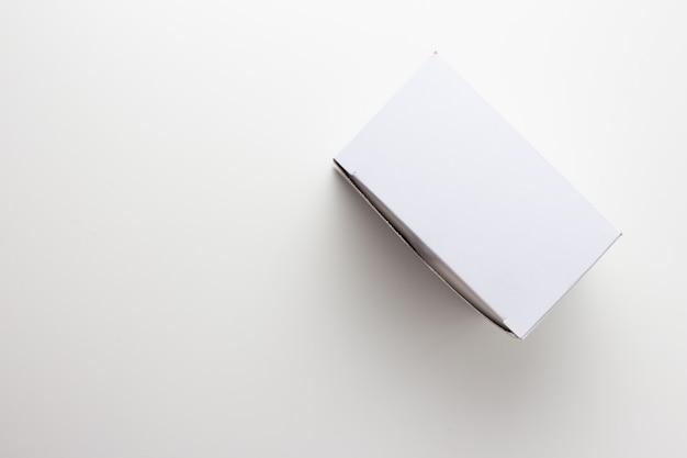 Caixa de presente branca, saco de presente branco sobre fundo branco Foto Premium