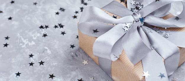Caixa de presente com arco e confete, banner Foto Premium