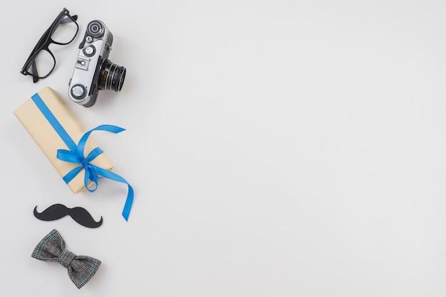 Caixa de presente com câmera e gravata borboleta Foto gratuita