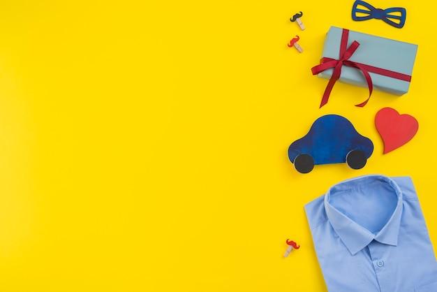 Caixa de presente com carro de brinquedo e camisa de homem Foto gratuita