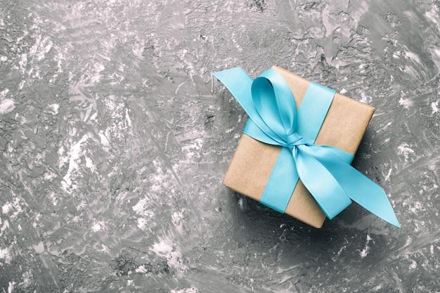 Caixa de presente com cimento cinza, vista superior Foto Premium