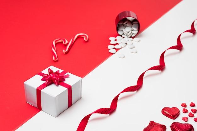 Caixa de presente com corações espalhadas do copo Foto gratuita