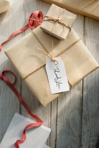 Caixa de presente com etiqueta Foto gratuita