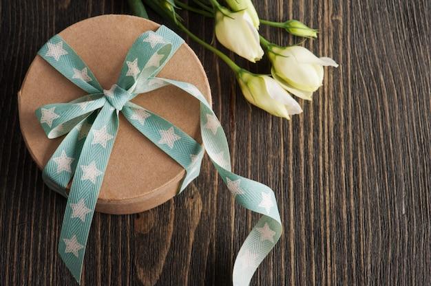 Caixa de presente com fita estrela na mesa rústica escura Foto Premium