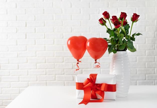 Caixa de presente com fita vermelha e grande laço para dia dos namorados Foto Premium