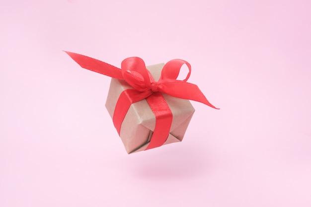 Caixa de presente com fita vermelha na cor rosa. Foto Premium