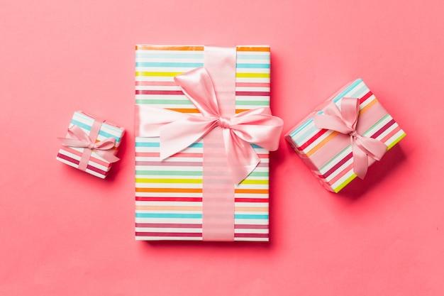 Caixa de presente com laço rosa para o natal ou dia de ano novo na vida coral fundo Foto Premium