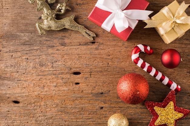 Caixa de presente com o natal em fundo de madeira Foto Premium