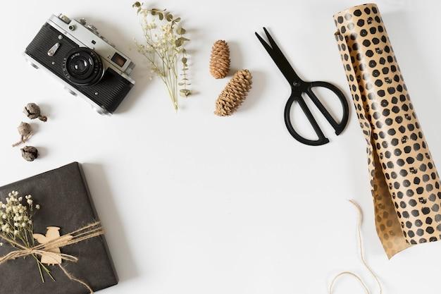 Caixa de presente com papel de embrulho na mesa Foto gratuita