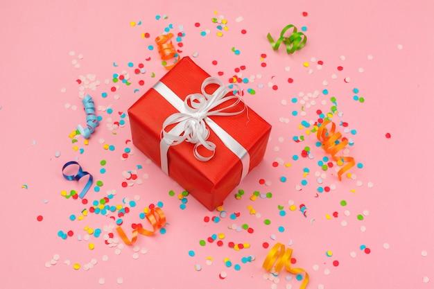 Caixa de presente com vários confetes de festa, serpentinas e decoração Foto Premium