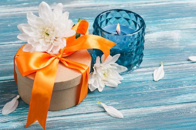 Caixa de presente de artesanato com fita laranja Foto Premium