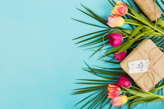 Caixa de presente de dia das mães com flores exóticas Foto gratuita