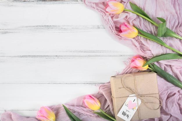 Caixa de presente de dia das mães e tulipas Foto gratuita