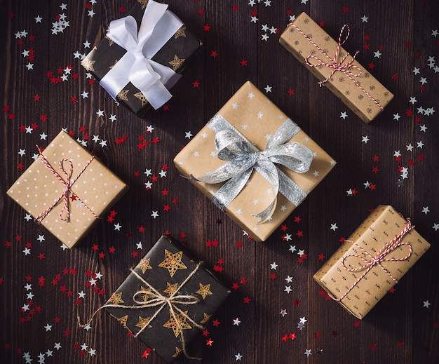 Caixa de presente de feriado de natal na mesa festiva decorada Foto gratuita